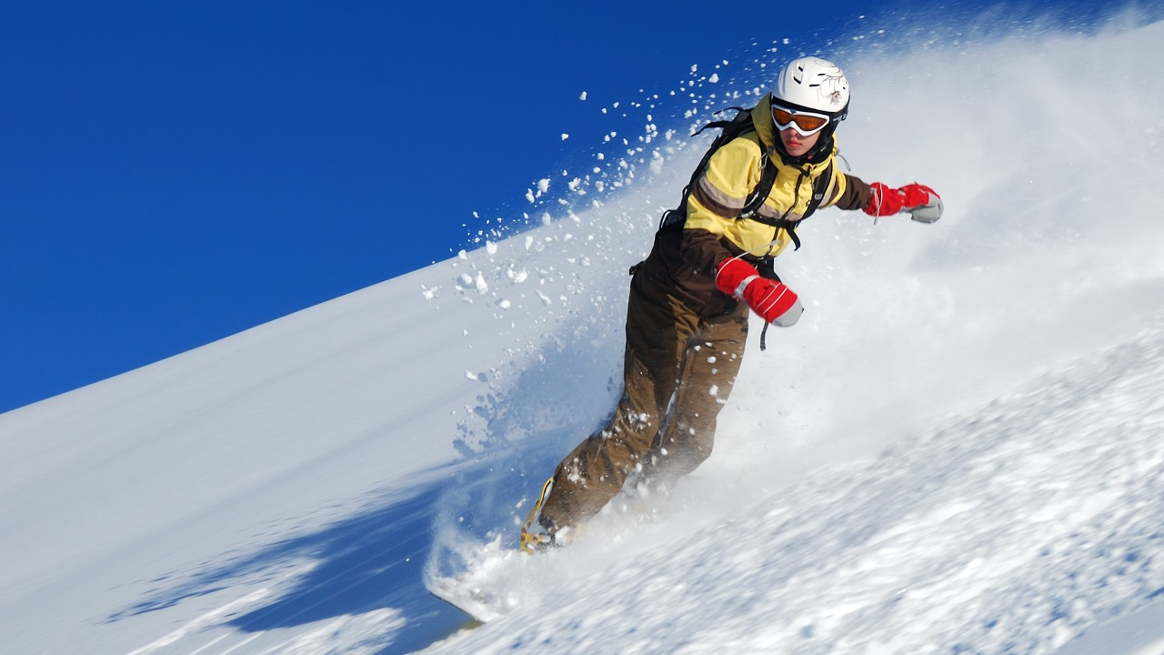 Chica joven snowboarder